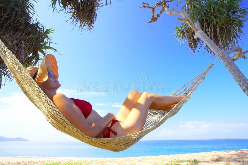 Donna in hammock fotografia stock libera da diritti