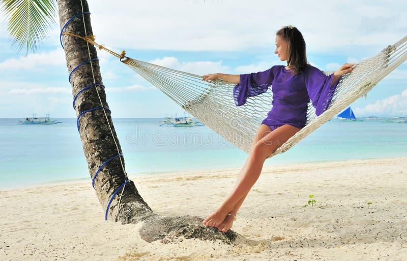 Donna in hammock sulla spiaggia fotografie stock