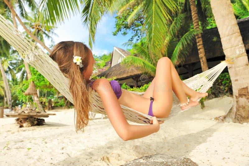 Donna in hammock sulla spiaggia immagine stock