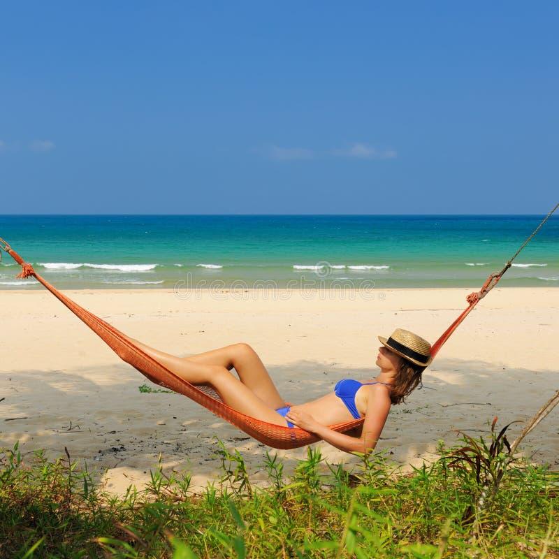Donna in hammock sulla spiaggia fotografia stock libera da diritti