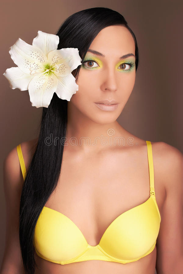 Donna hawaiana con il fiore Ragazza sexy in bikini fotografia stock libera da diritti