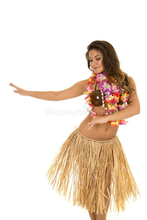 Donna hawaiana nel dancing del reggiseno della gonna e della noce di cocco di erba fotografia stock libera da diritti