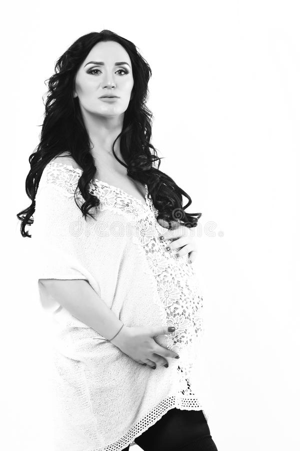 Donna incinta abbastanza sveglia che segna la sua pancia fotografia stock libera da diritti