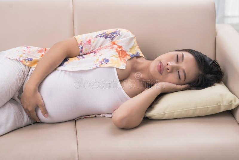 Donna incinta addormentata immagine stock