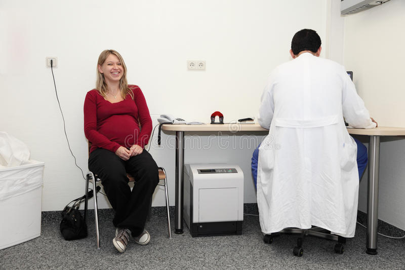 Donna incinta al medico fotografie stock libere da diritti