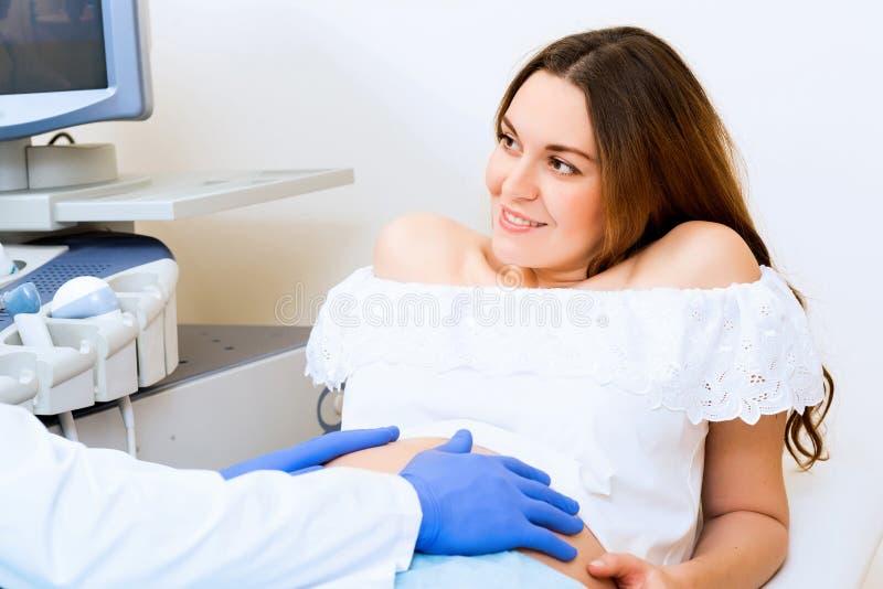 Donna incinta al ricevimento al medico fotografie stock libere da diritti