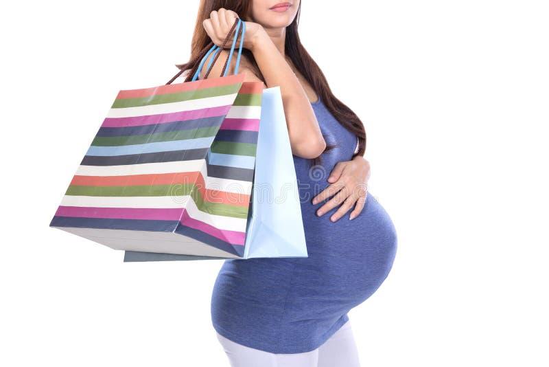 Donna incinta asiatica che tiene sacco di carta immagine stock
