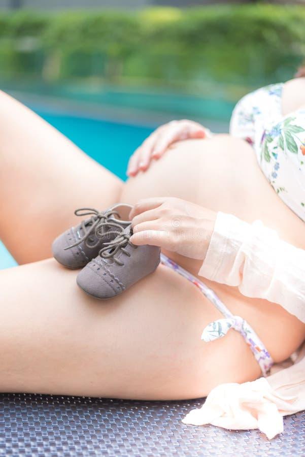 Donna incinta asiatica con la grande pancia fotografie stock libere da diritti
