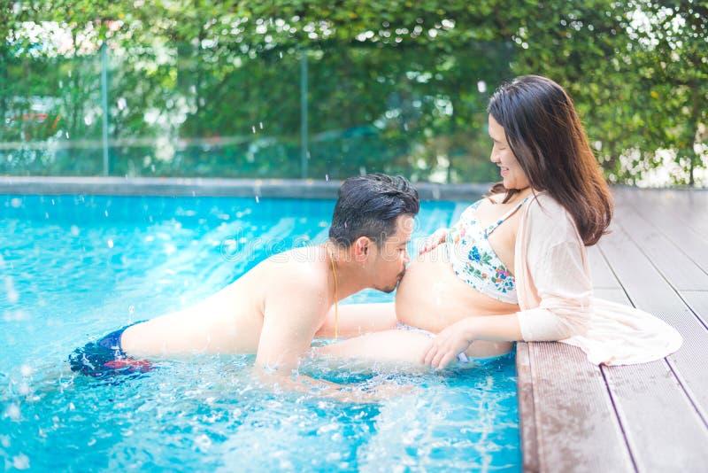 Donna incinta asiatica con la grande pancia fotografie stock