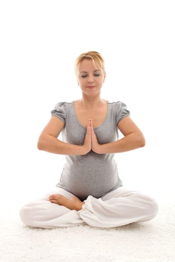 Donna incinta che fa le esercitazioni sul pavimento immagini stock libere da diritti