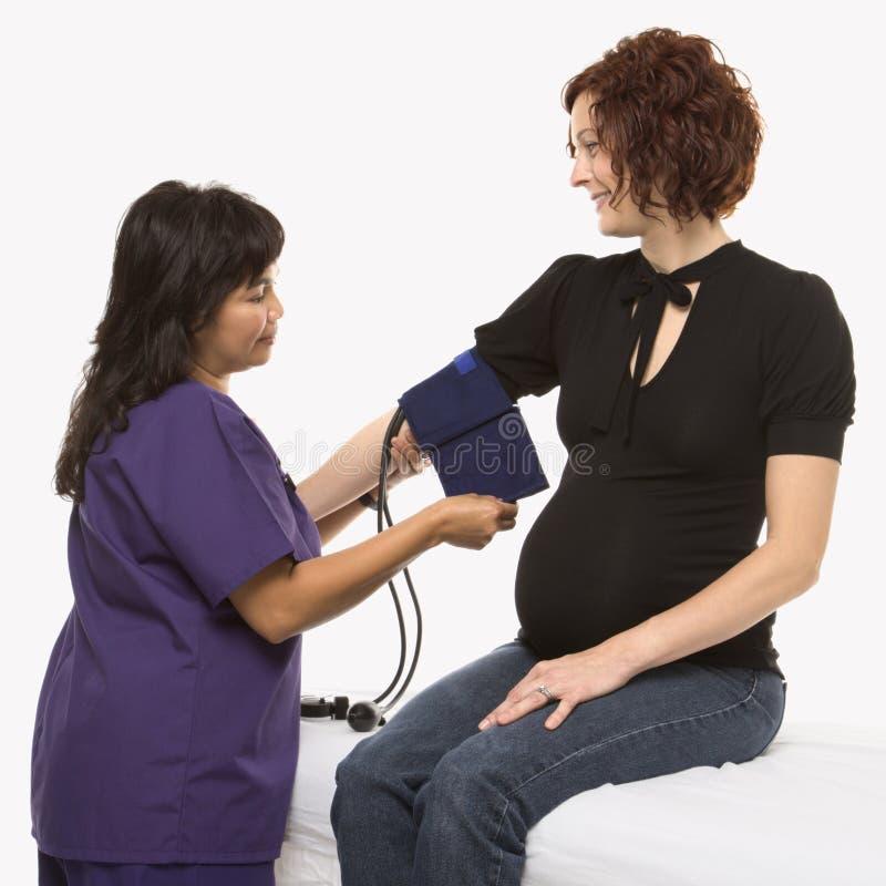 Donna incinta che fa pressione di anima controllare. fotografia stock libera da diritti