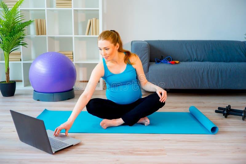 Donna incinta che fa yoga immagini stock libere da diritti