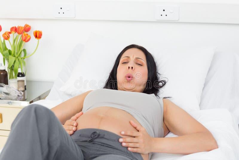 Donna incinta che soffre dalle doglie immagini stock libere da diritti