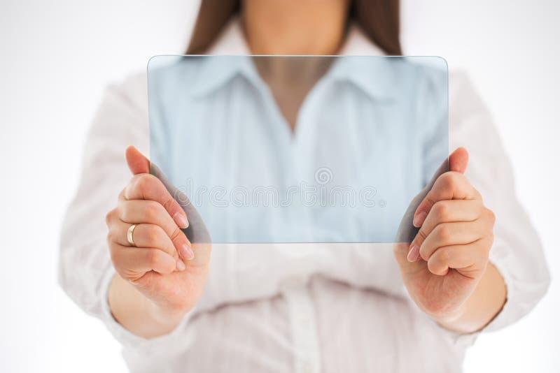Donna incinta che tiene cellulare trasparente futuristico in bianco con immagine stock libera da diritti