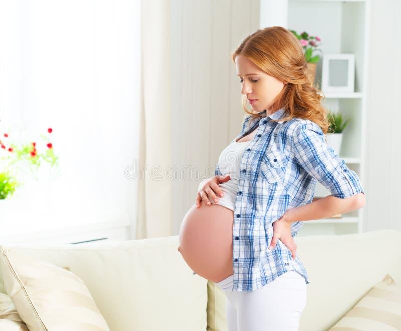 Donna incinta con dolore alla schiena e più lombo-sacrale fotografie stock libere da diritti