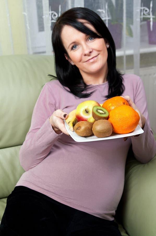 Donna incinta con frutta immagini stock libere da diritti
