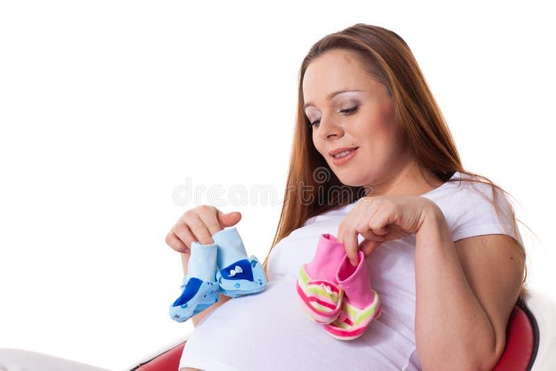 Donna incinta con i bambini \ 'bootees di s immagine stock libera da diritti