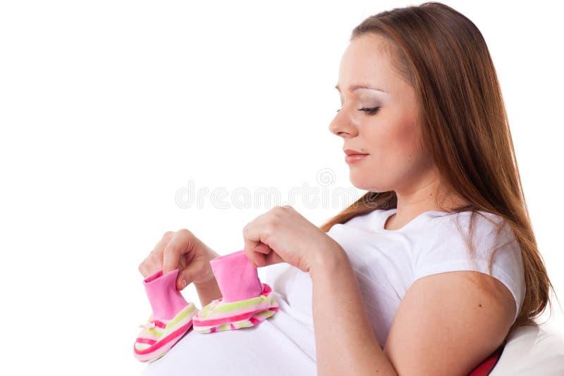 Donna incinta con i bambini \ 'bootees di s fotografie stock libere da diritti
