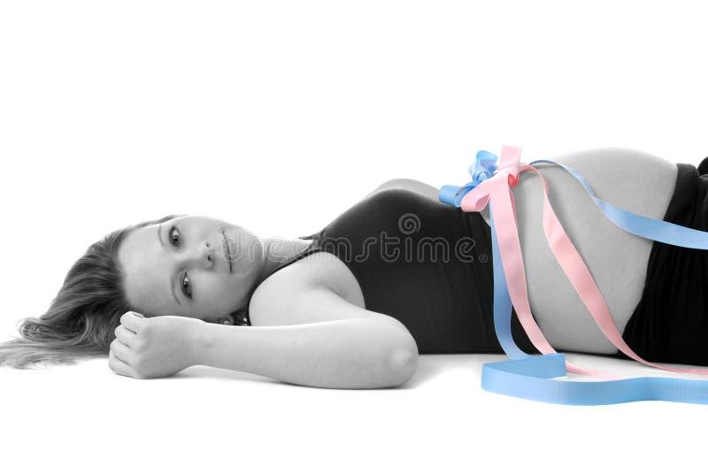 Donna incinta con i gemelli. fotografia stock libera da diritti