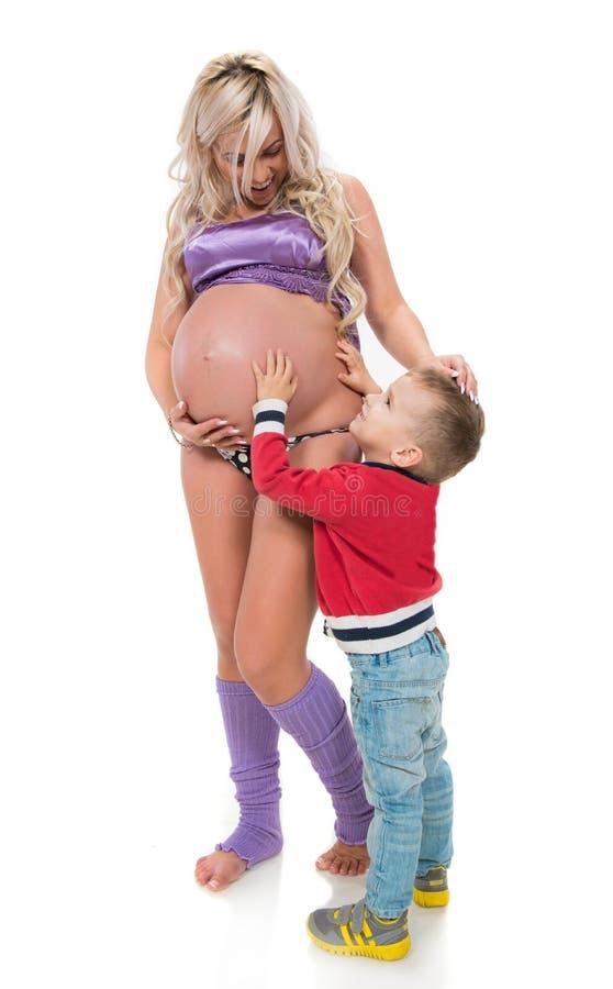 Donna incinta con il figlio fotografia stock libera da diritti