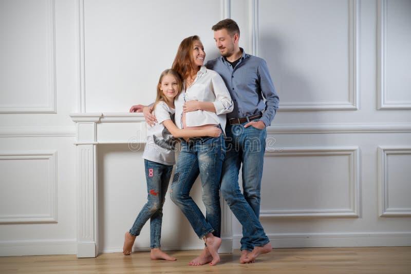 Donna incinta con il suo ver di colore della famiglia fotografia stock