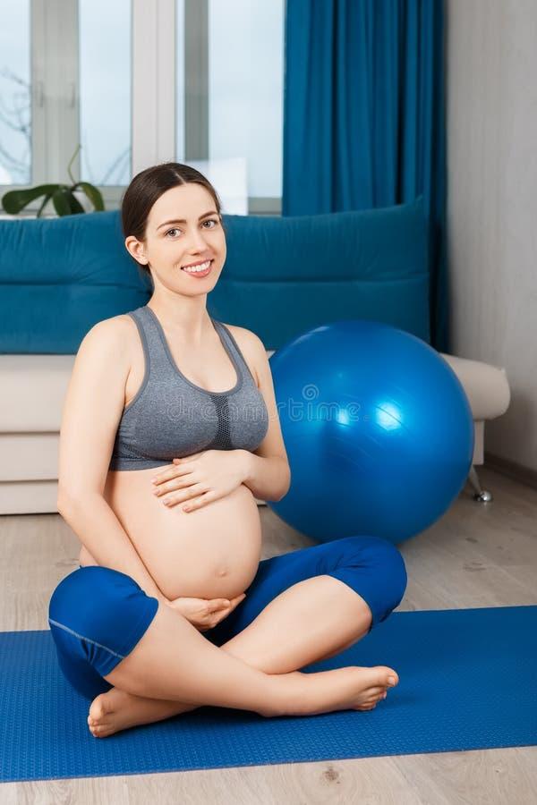 Donna incinta con la palla di misura fotografie stock