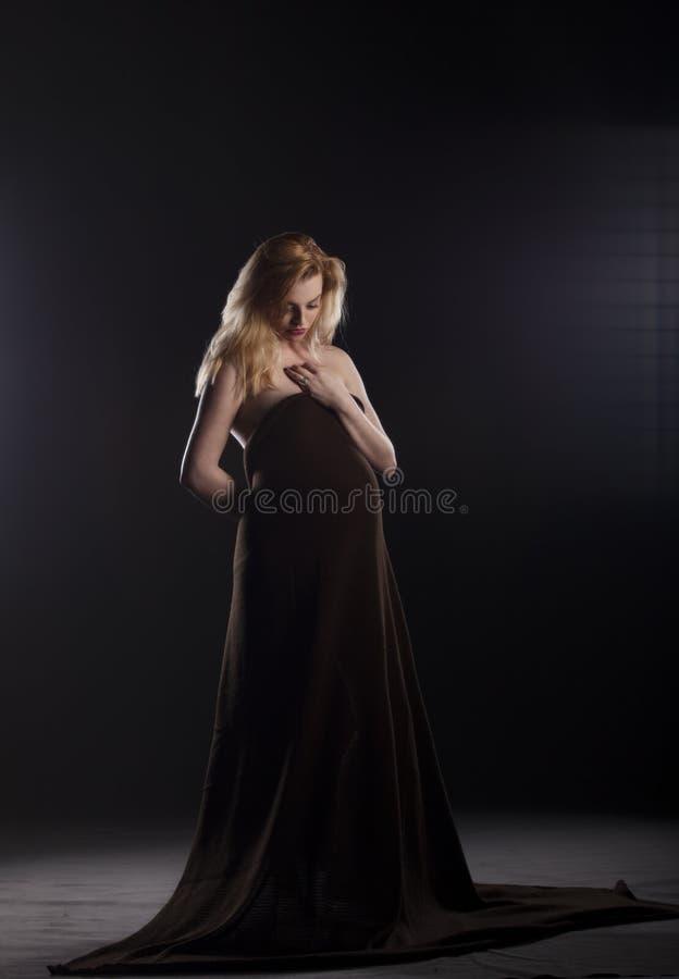 Donna incinta con la sciarpa marrone fotografie stock