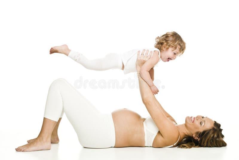 Donna incinta con la sua figlia fotografie stock libere da diritti