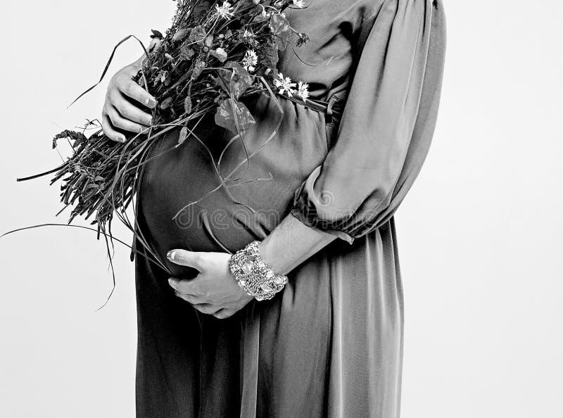 Donna incinta e fiori fotografia stock