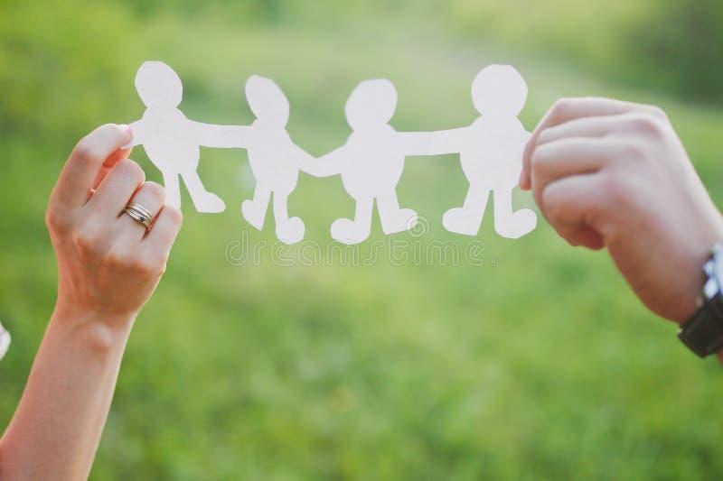 donna incinta ed uomo per il concetto 'nucleo familiare' immagine stock
