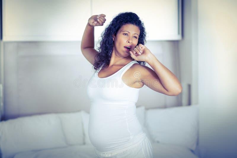 Donna incinta pigra che sbadiglia immagine stock libera da diritti