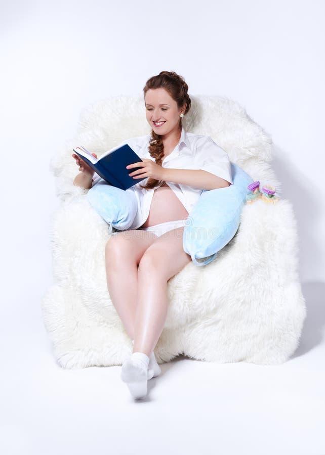 Donna incinta in poltrona immagine stock libera da diritti