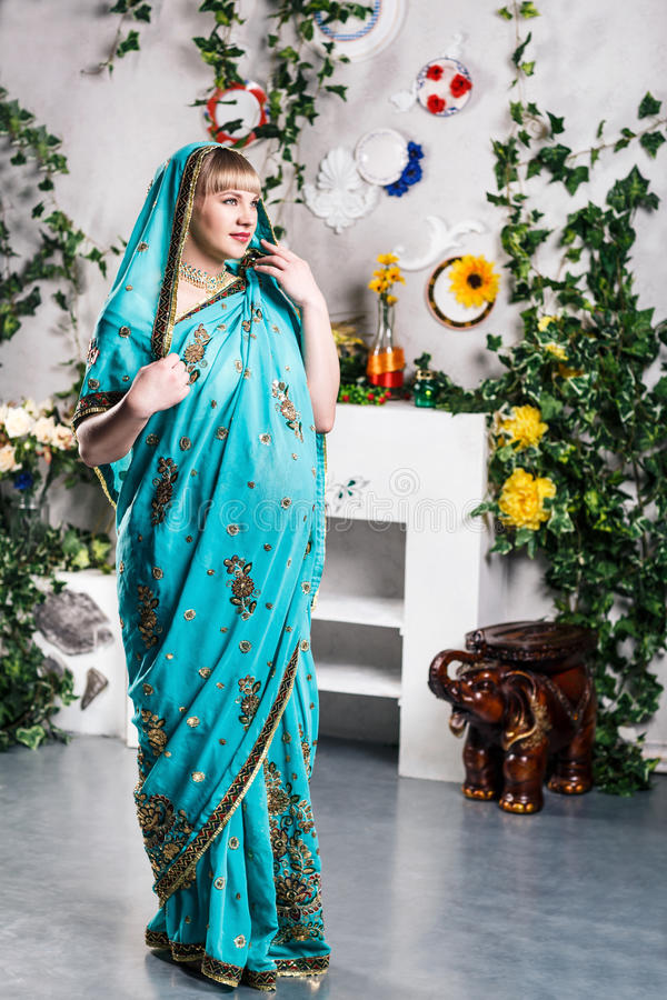 Donna incinta in sari indiani immagini stock