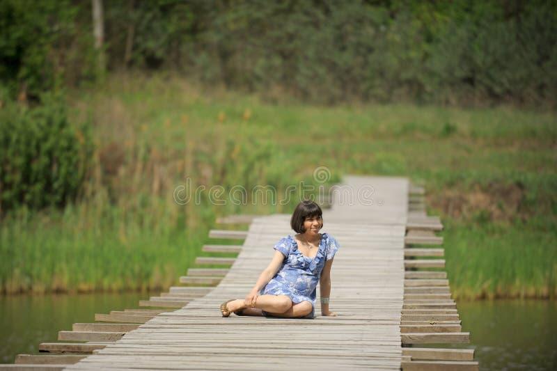 Signora sul ponte di legno immagine stock libera da diritti