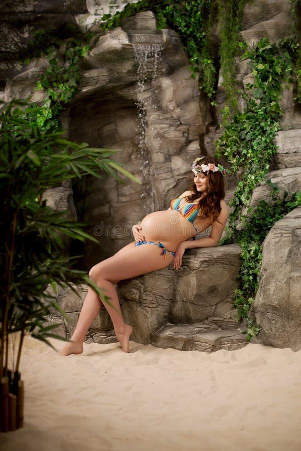 Donna incinta sulla spiaggia immagini stock