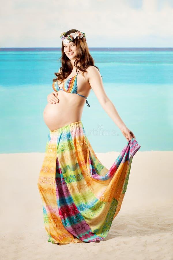 Donna incinta sulla spiaggia immagini stock libere da diritti