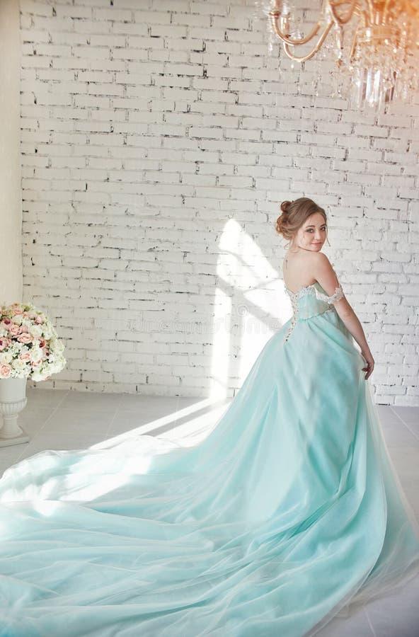 Donna incinta in un vestito splendido dei blu navy Nell'anticipazione fotografia stock