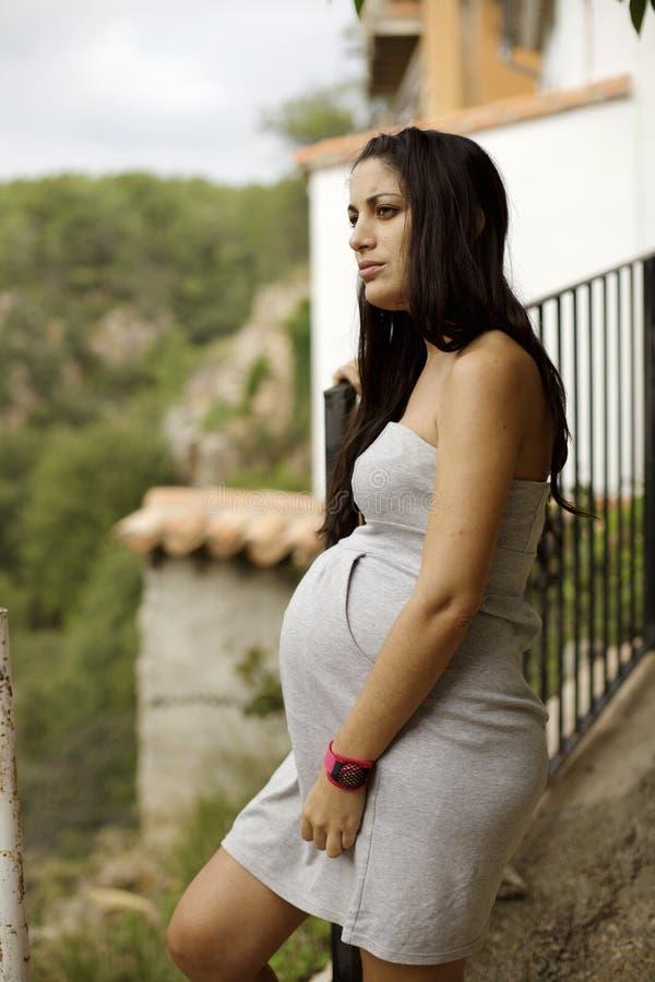 Donna incinta in un villaggio affascinante immagine stock