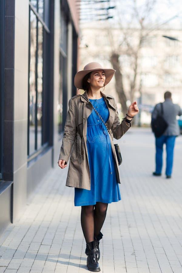 Donna incinta in una città moderna fotografia stock libera da diritti