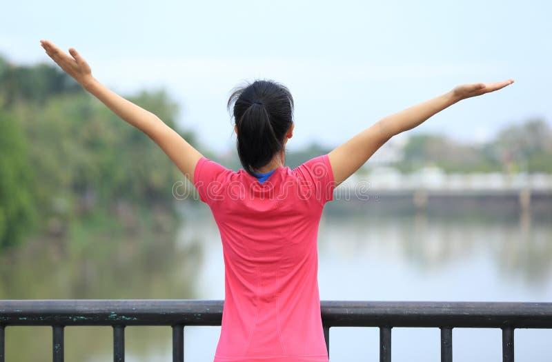 Donna incoraggiante a braccia aperte alla città fotografia stock libera da diritti