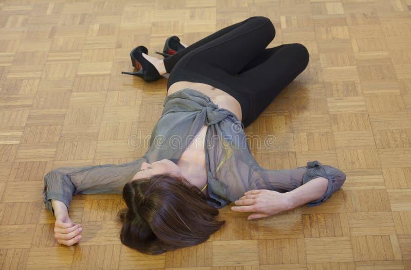 Donna incosciente sulla terra immagini stock
