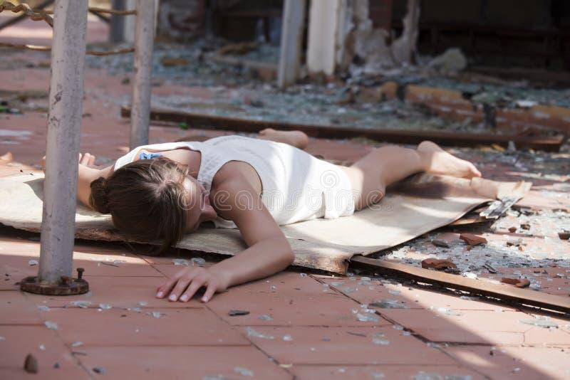 Donna incosciente sulla via immagine stock libera da diritti