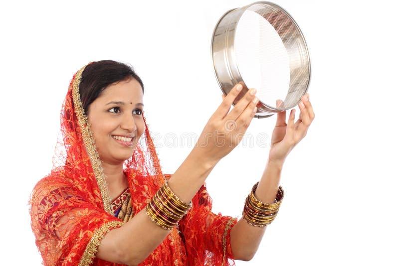 Donna indiana che celebra festival del chauth di Karva fotografie stock libere da diritti