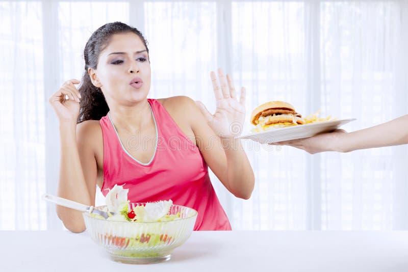 Donna indiana che dice no agli alimenti industriali immagine stock
