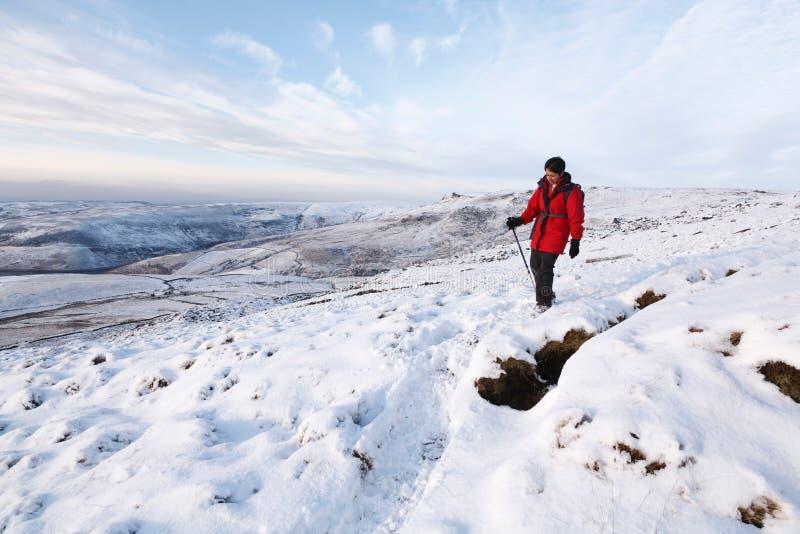 Donna indiana che fa un'escursione nell'inverno fotografie stock