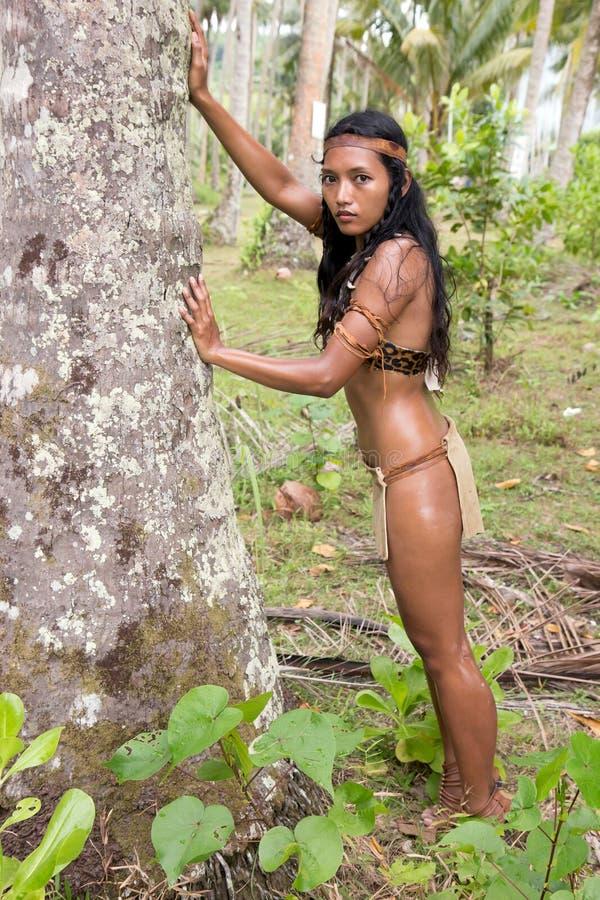 Donna indiana che pende contro un albero fotografia stock