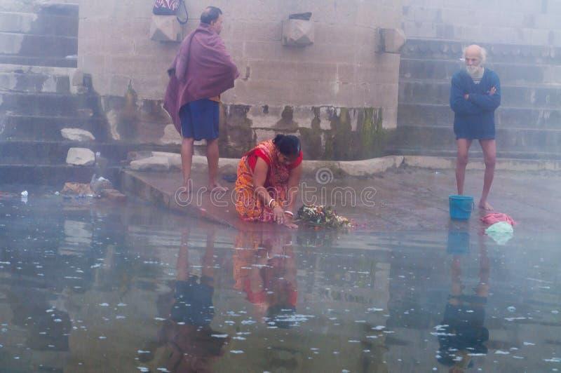 Donna indiana che prende bagno rituale nel fiume gange - Bagno nel gange malattie ...