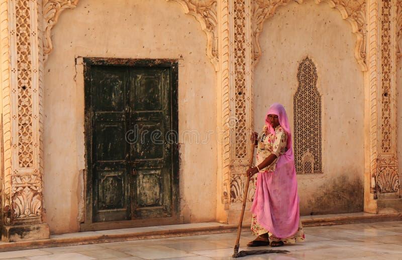 Donna indiana che pulisce Mehrangarh Jodhpur forte India fotografia stock libera da diritti