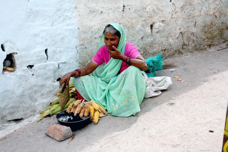 Donna indiana che vende cereale fotografie stock libere da diritti