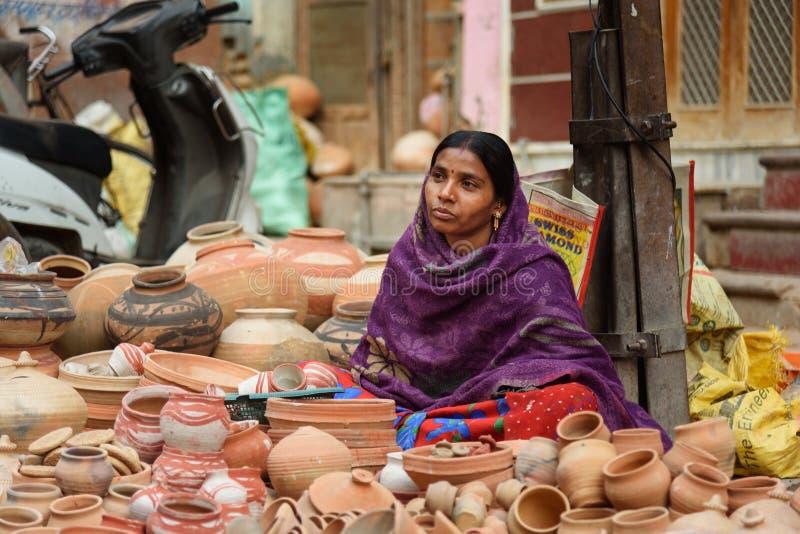 Donna indiana che vende i vasi di argilla sul mercato locale in Bikaner Il Ragiastan L'India fotografia stock libera da diritti
